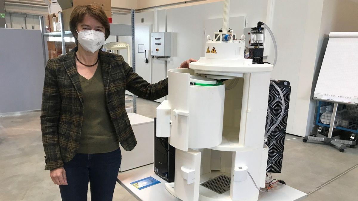 Professor Regina Schreiber und ein Abfüllautomat für Joghurt
