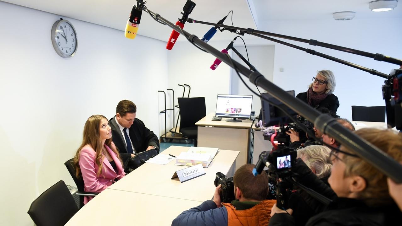 Cathy Hummels im Landgericht München kurz vor der mündlichen Verhandlung. Vorgeworfen wird ihr unlauterer Wettbewerb.