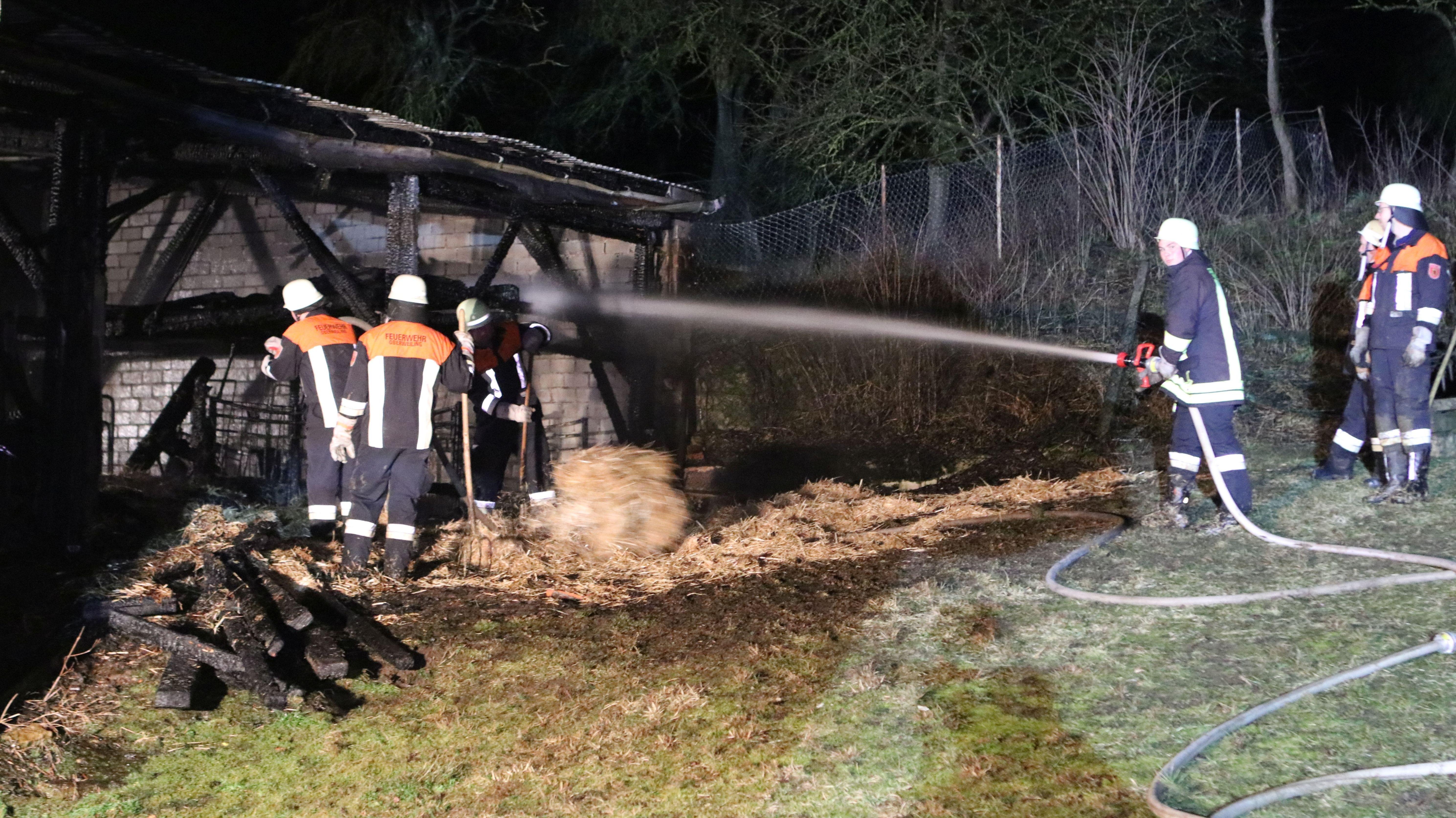 Die Feuerwehr löscht einen der Ställe