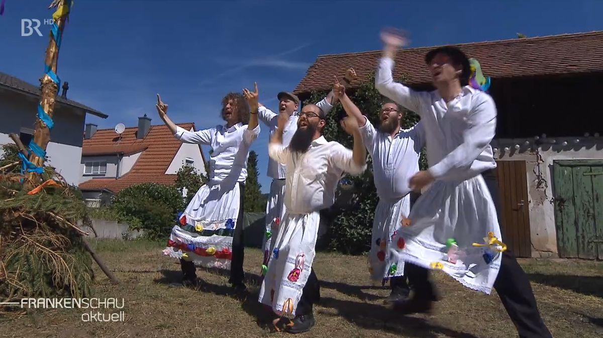 Mitglieder der Band Kellerkommando haben sich für ein Musikvideo als Kerwaburschen verkleidet.