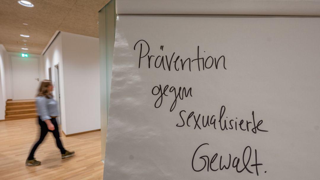 24.11.2020, Bayern, Passau: SYMBOLBILD - ·Prävention gegen sexualisierte Gewalt· steht auf einer Tafel. Foto: Armin Weigel/dpa +++ dpa-Bildfunk +++