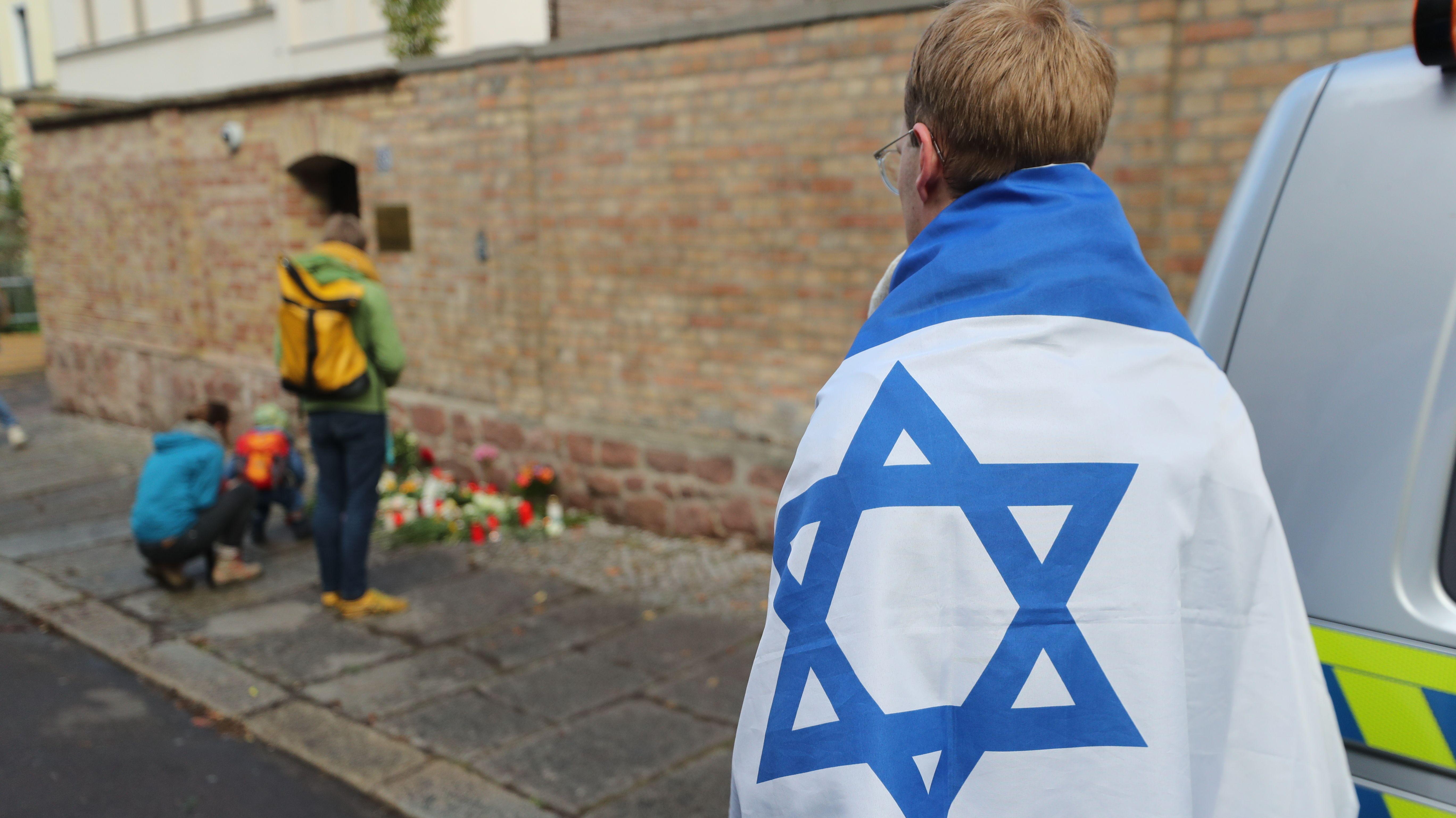 Einwohner in Halle gedenken der Anschlagsopfer.