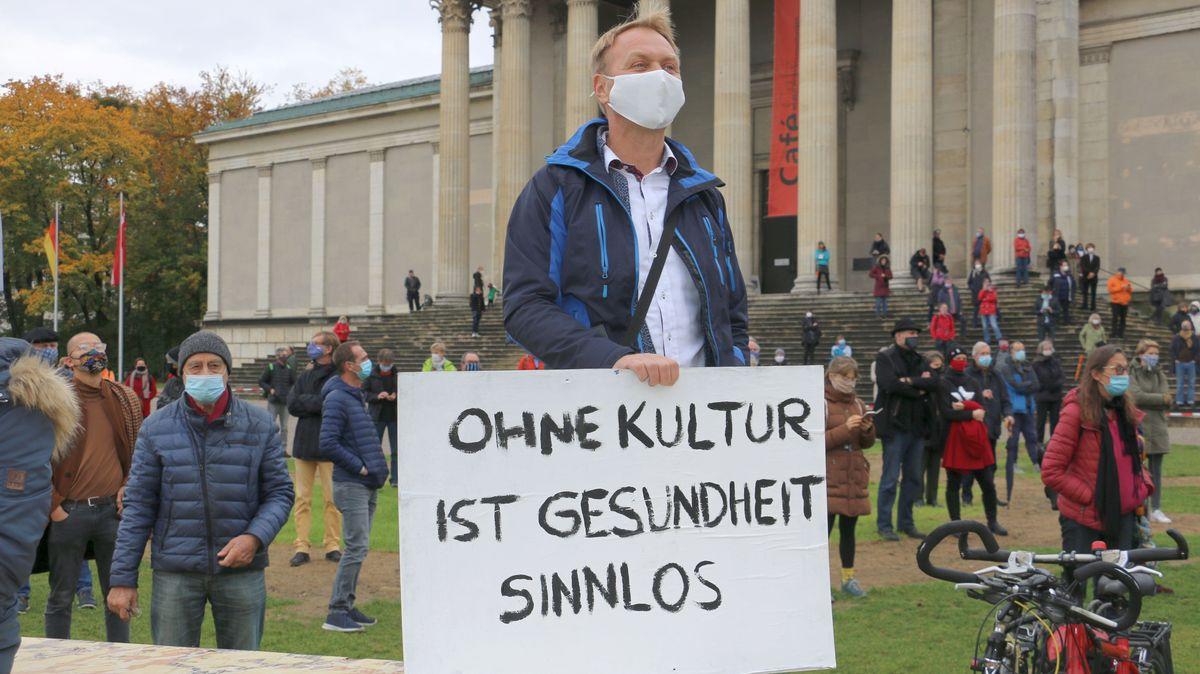 """Teilnehmer mit Plakat """"Ohne Kultur ist Gesundheit sinnlos"""""""