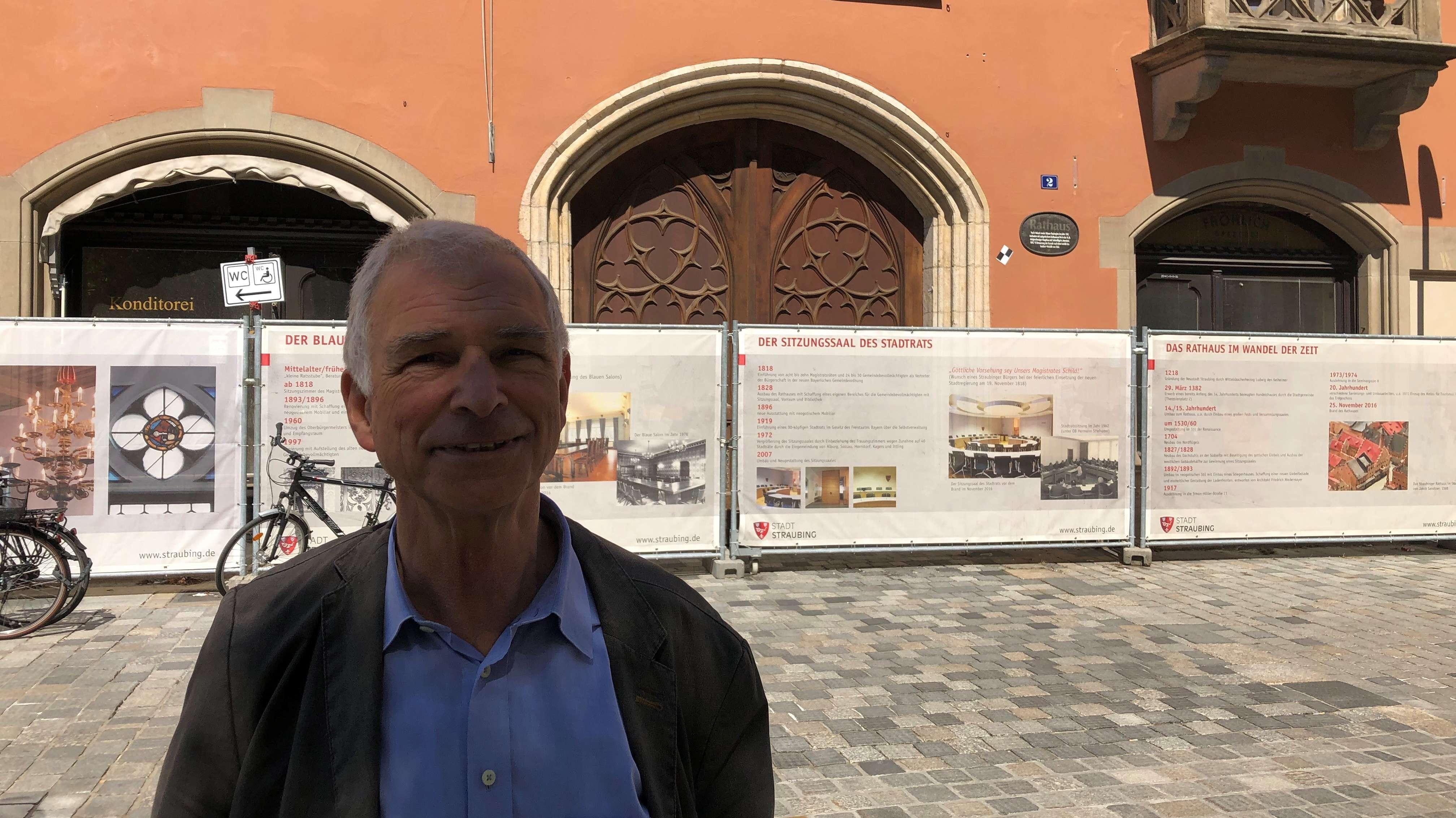 Wolfgang Bach, der leitende Baudirektor der Stadt Straubing, vor der Baustelle des abgebrannten Rathauses