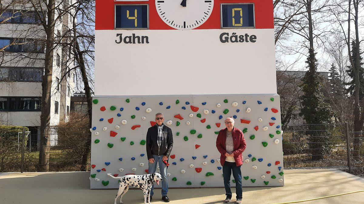 Horst Eberl (l) und Hans Meichel vor dem Jahn-Turm in Regensburg.