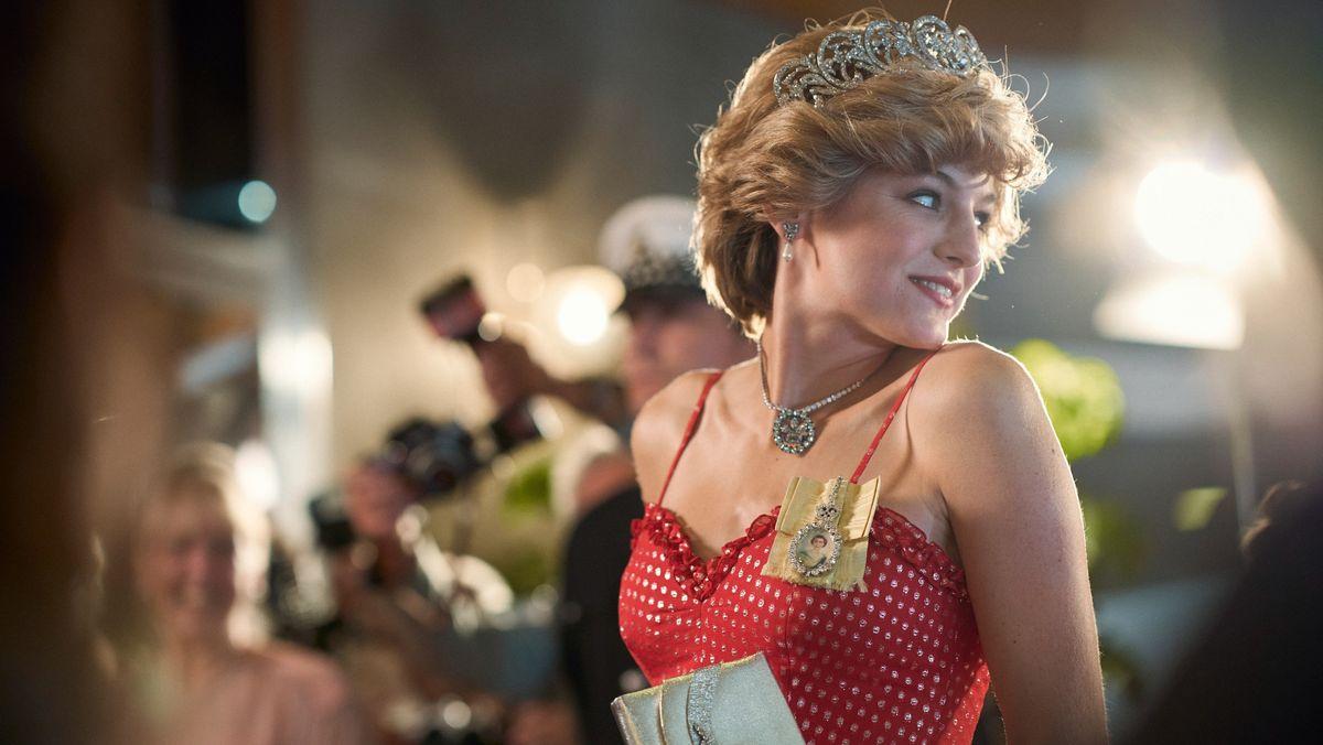 Schauspielerin, die Lady Diana sehr ähnlich sieht, mit Krone und Orden.