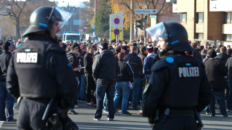 Polizisten beobachten die Fans vor dem Stadion in Fürth