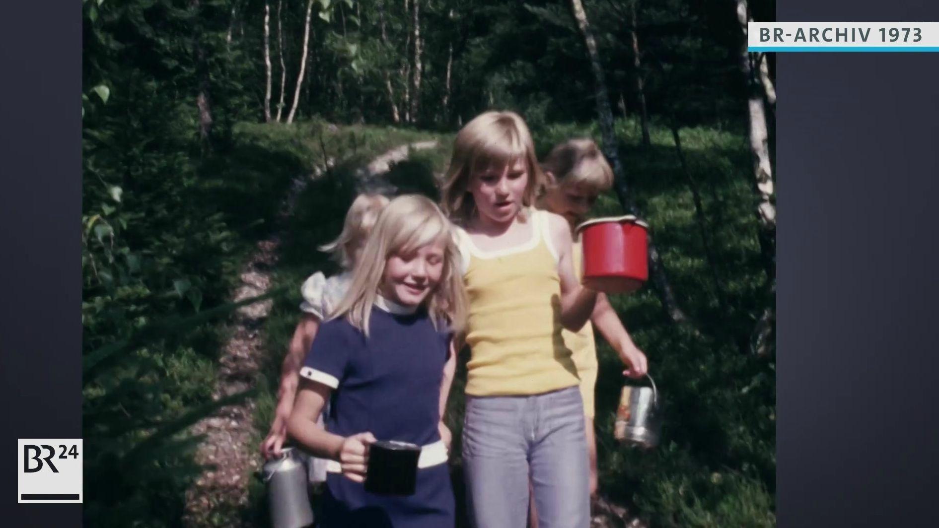 Kinder nach der Heidelbeerenernte im Wald