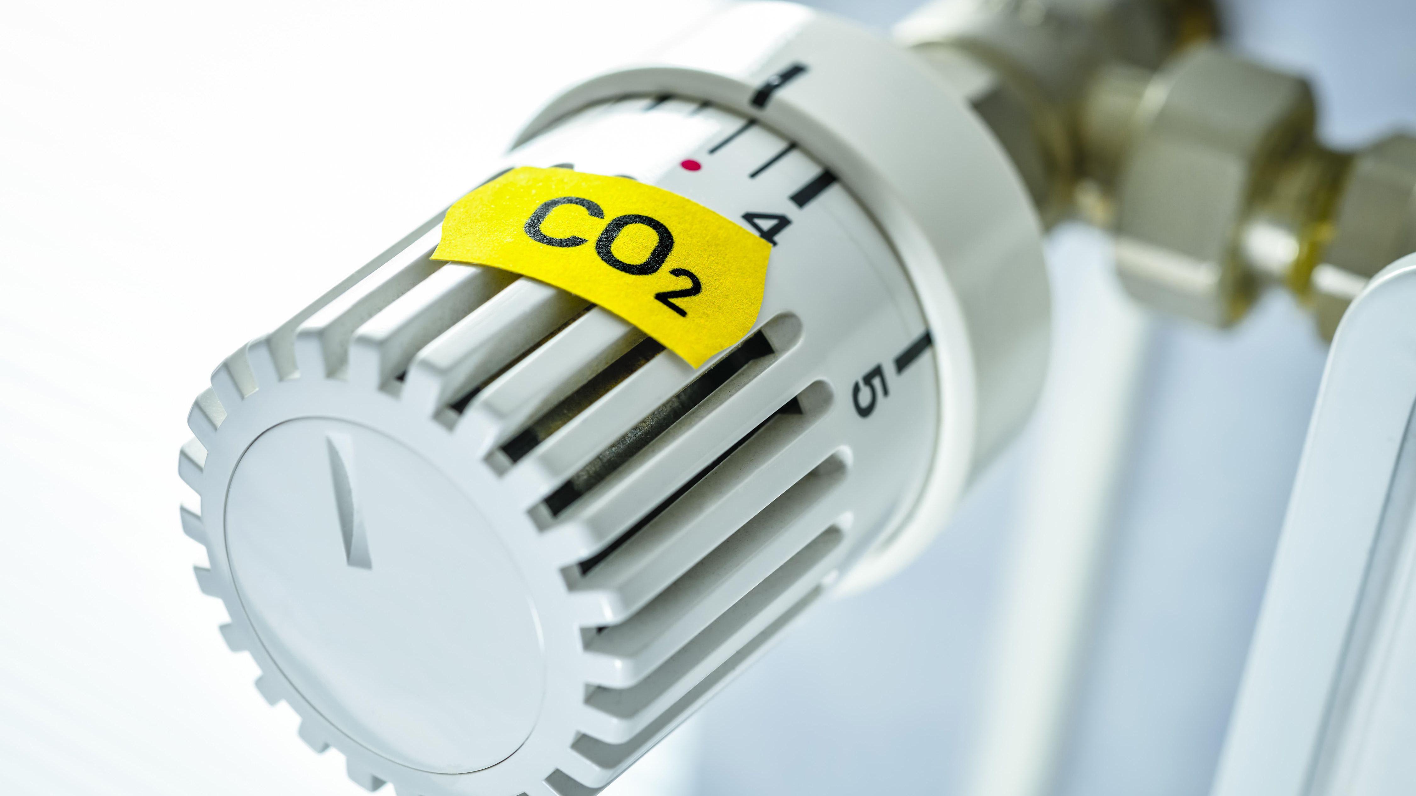 """Ein Heizungsthermostat mit einem Aufkleber, der die Aufschrift """"CO2"""" trägt."""