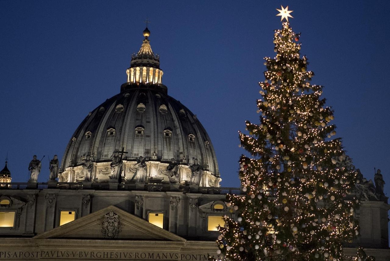 ARCHIV - 09.12.2016, Vatikan, Vatikanstadt: Ein 25 Meter hoher, beleuchteter Weihnachtsbaum steht auf dem Petersplatz. Von Rom aus sei das Weihnachtsfest etwa um 380 nach Christus gewissermaßen exportiert worden. (zu dpa-KORR Von Sonnenkult und Römern: antike Ursprünge des Weihnachtsfestes) Foto: Maurizio Brambatti/ANSA/dpa +++ dpa-Bildfunk +++