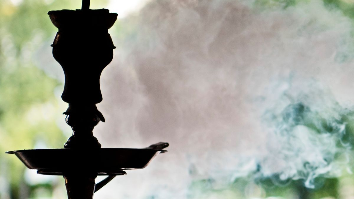 Rauch steigt in einer Shisha-Bar aus einer Wasserpfeife.