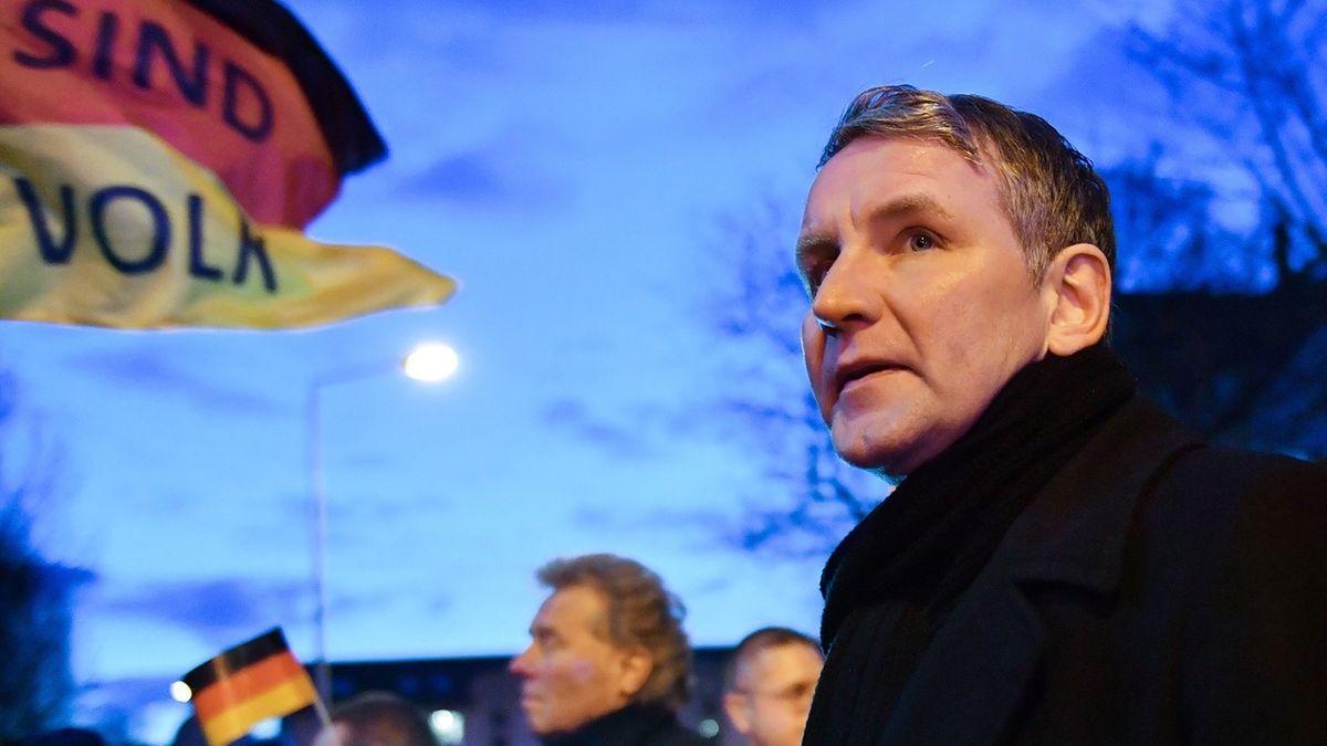Archivbild - Thüringen, Erfurt: Björn Höcke, Fraktionschef der AfD im Thüringer Landtag, protestiert mit Mitgliedern und Anhängern der AfD am Thüringer Landtag.
