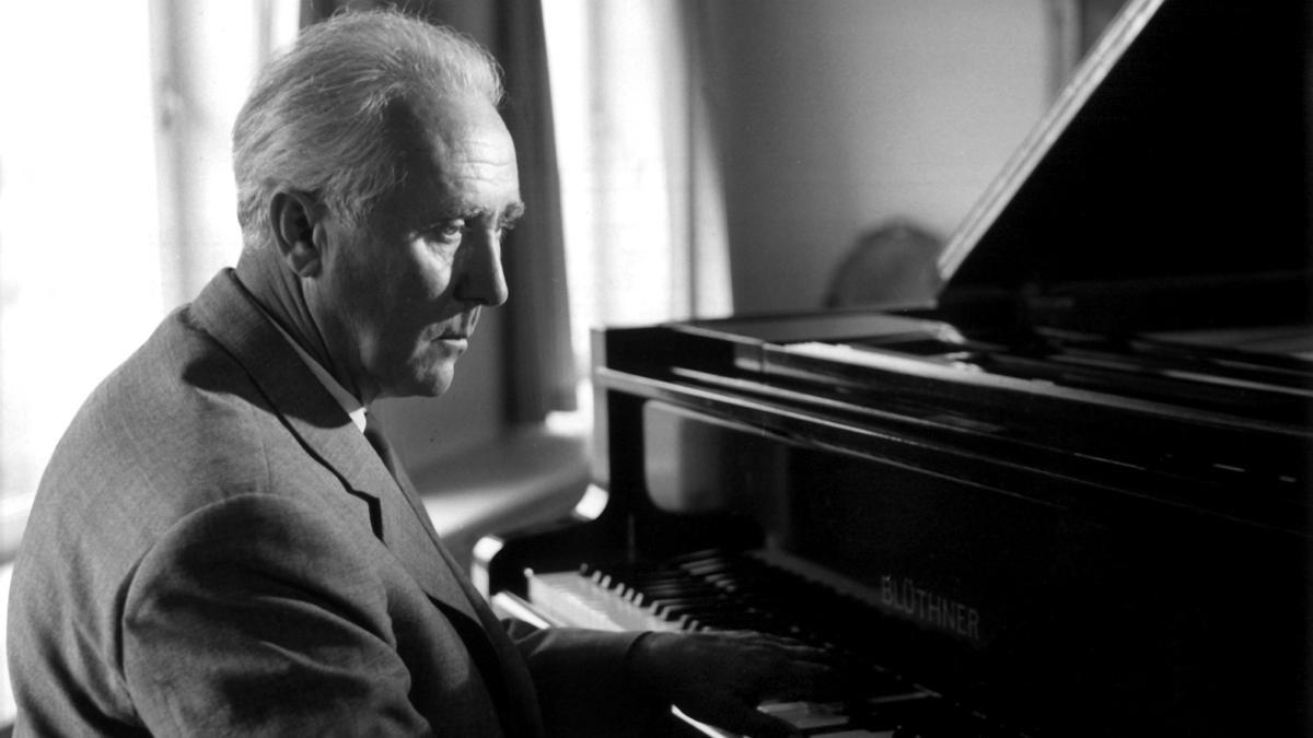 Werner Egk spielt Klavier 1963 in seinem Haus in Lochham bei München am Flügel
