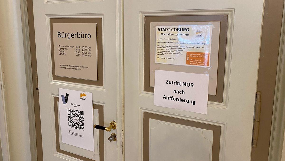 """Eine geschlossene Tür mit der Aufschrift """"Bürgerbüro"""" und der Bitte, nur nach Aufforderung einzutreten."""