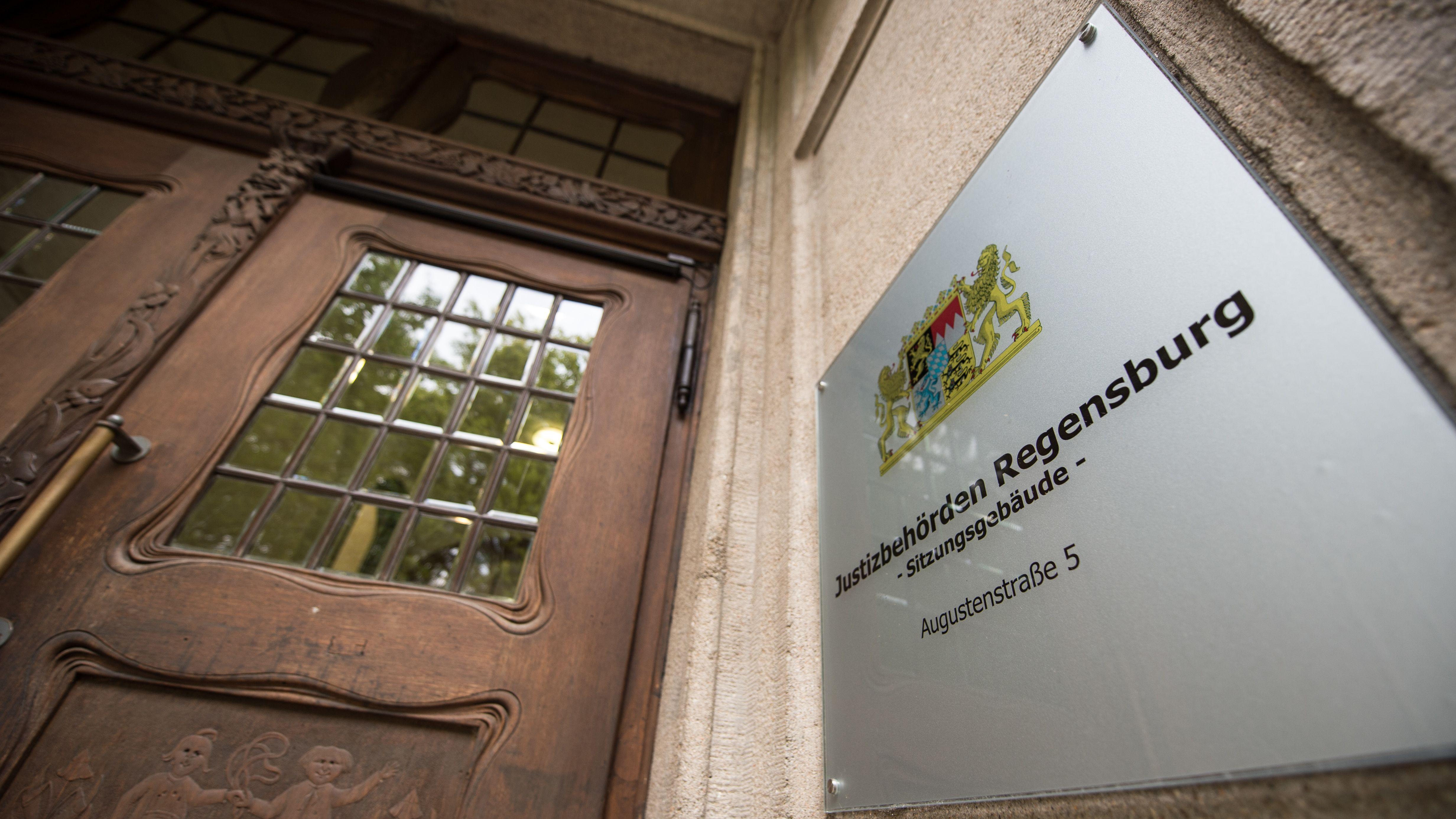 """Justizbehörden Regensburg"" steht am Hintereingang zum Landgericht Regensburg."