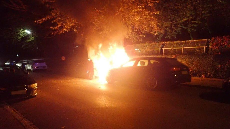 Zwei brennende Autos in der Kulturstraße in Augsburg-Lechhausen