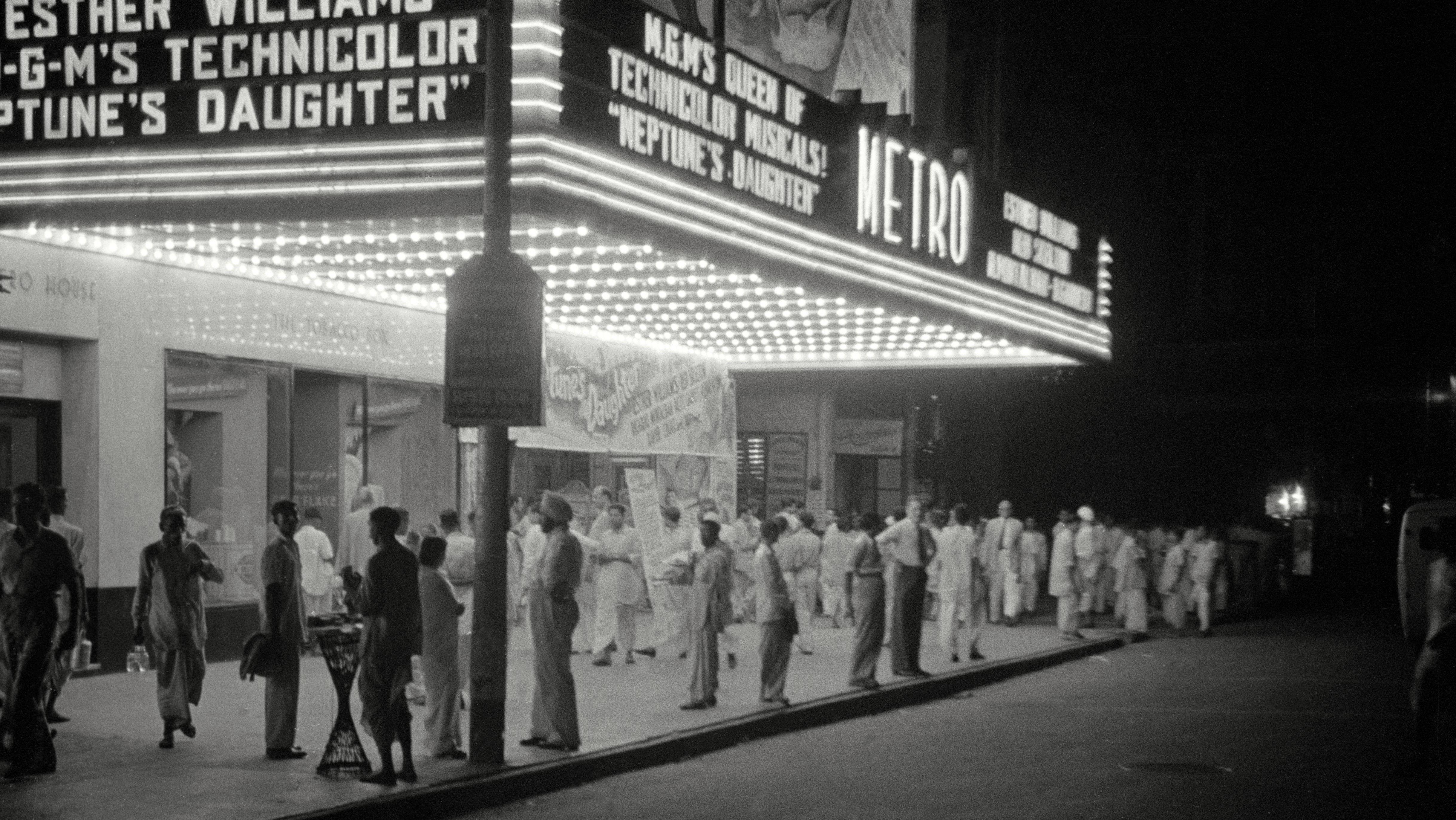 Das Metro Kino in Kalkutta von Architekt: Thomas Lamb -  Eingang bei Nacht