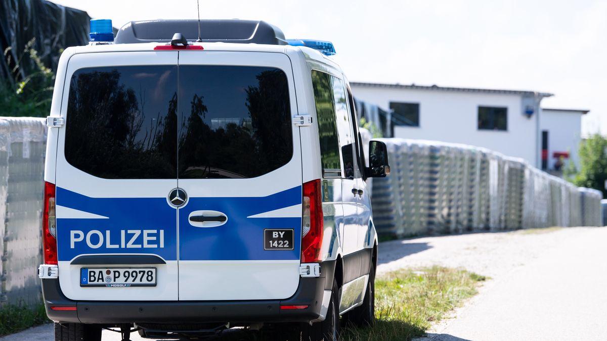 Polizeiauto vor Konservenfabrik