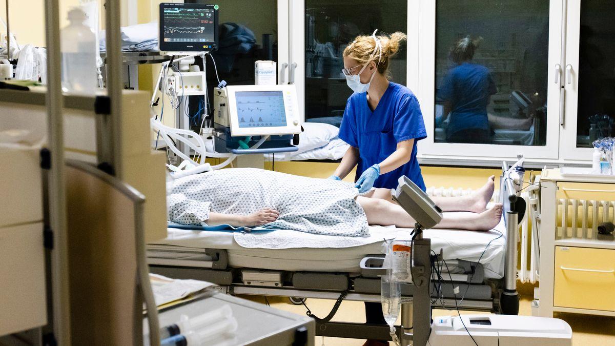 Eine Krankenschwester mit einer Patientin auf der Intensivstation.