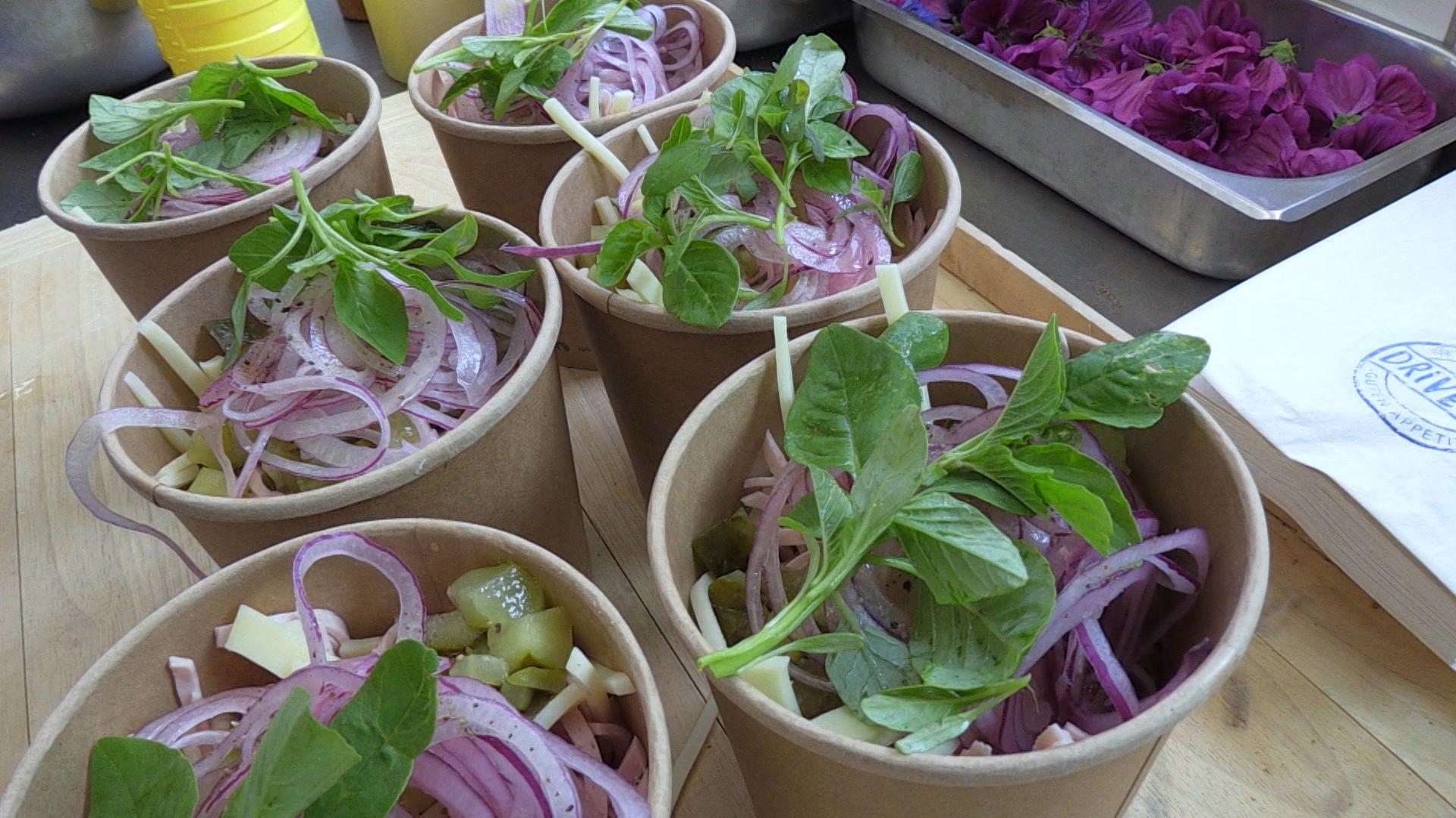 """Mehrere Schälchen mit """"Wurstsalat to go"""" stehen zur Abholung bereit."""