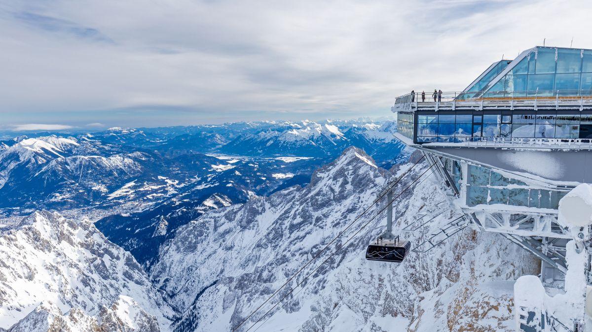 Gipfelstation der Zugspitzbahn im Winter.