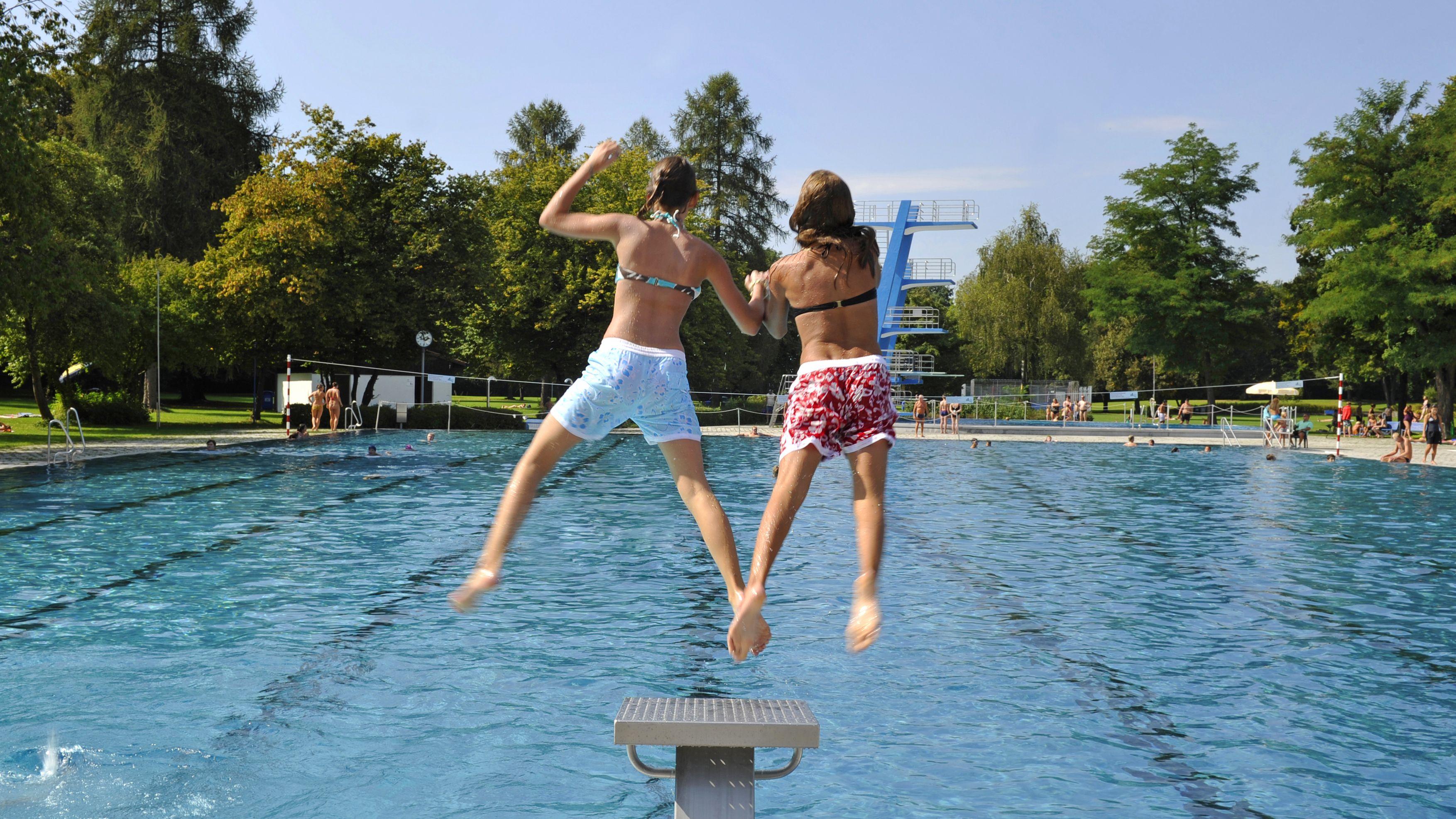 Kinder springen im Michaelibad in München ins Wasser (Archivbild).