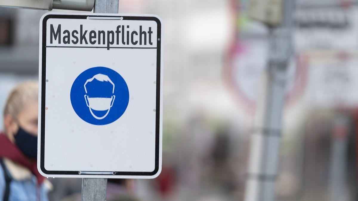 """Straßenschild mit der Aufschrift """"Maskenpflicht"""" (Symbolbild)"""