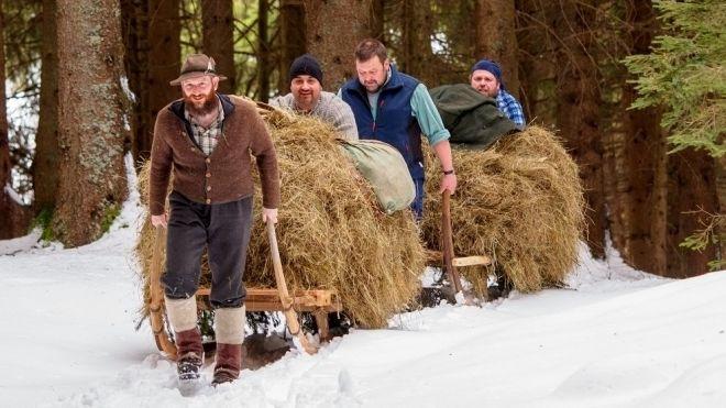 Pfrontener im Wald mit Schalengge-Schlitten