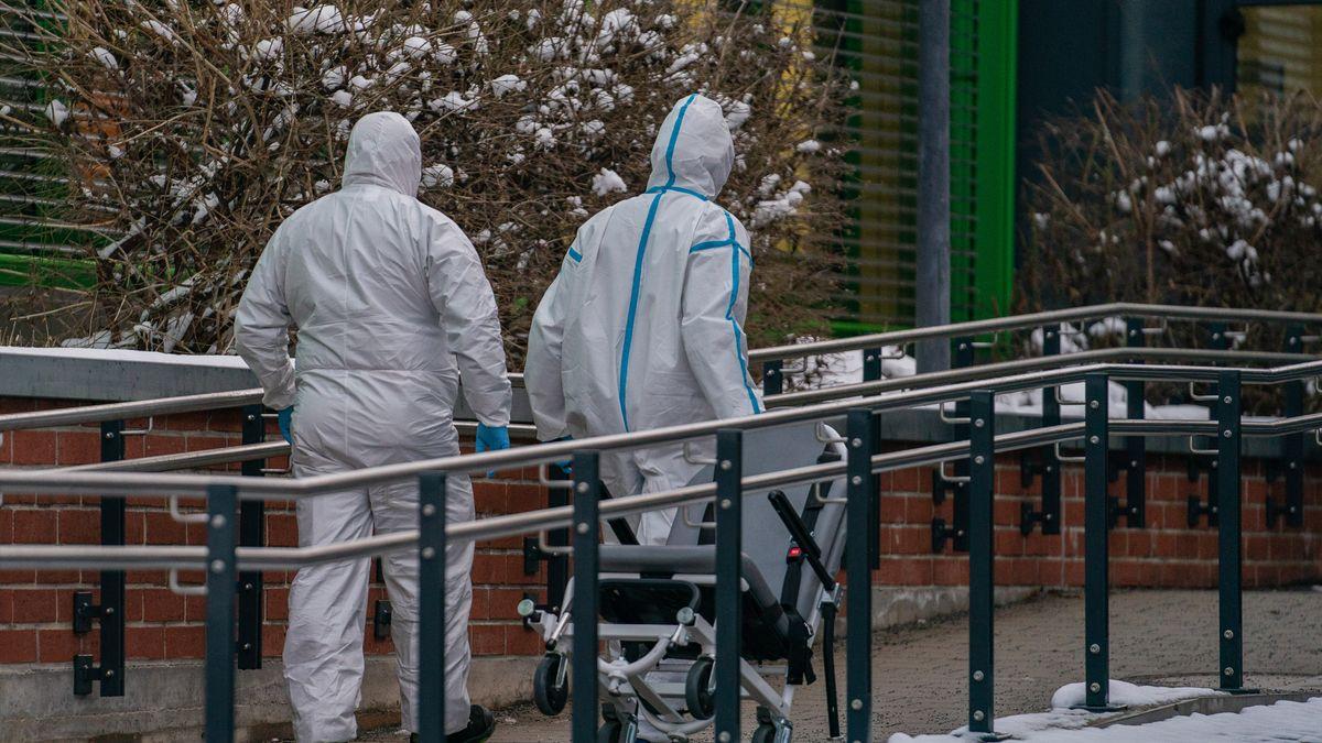 Medizinisches Personal in Ganzkörperschutzanzügen am Klinikum Bayreuth