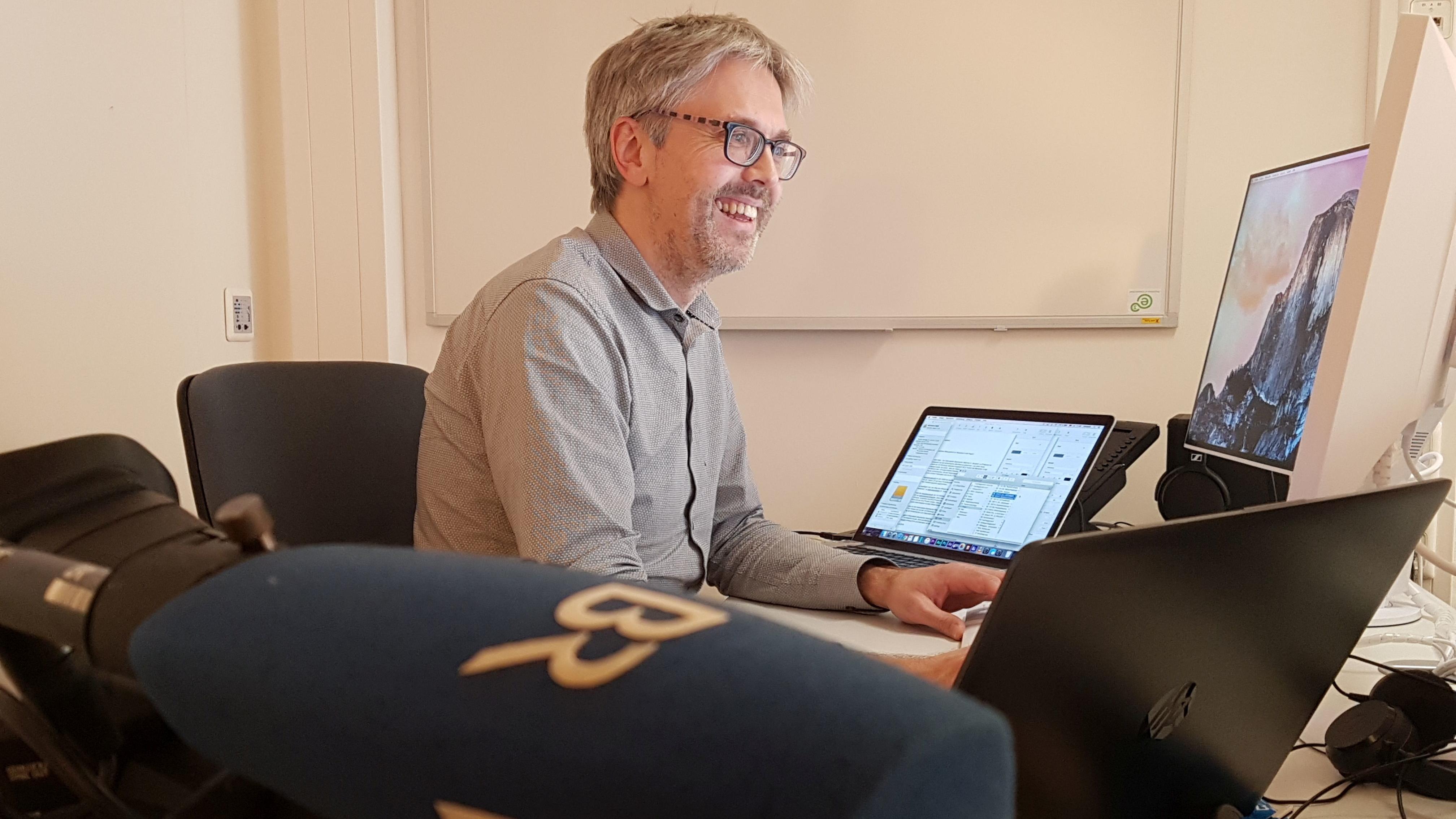 Der Korrespondent Christian Riedl an seinem neuen Arbeitsplatz im Deggendorfer BR-Studio.