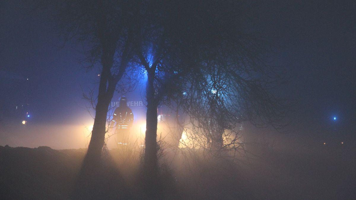 Symbolbild: Nächtlicher Feuerwehreinsatz im Winter