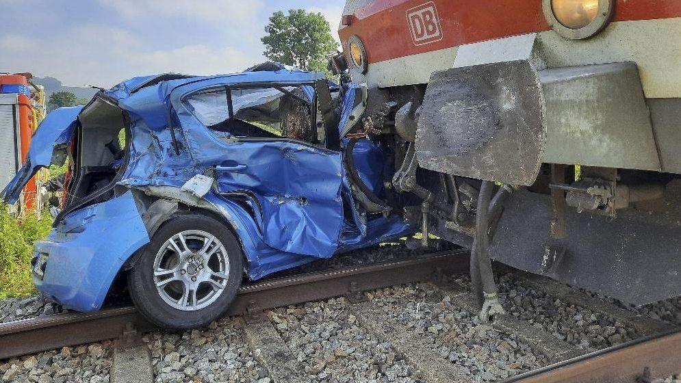 Vom Zug erfasstes Auto.