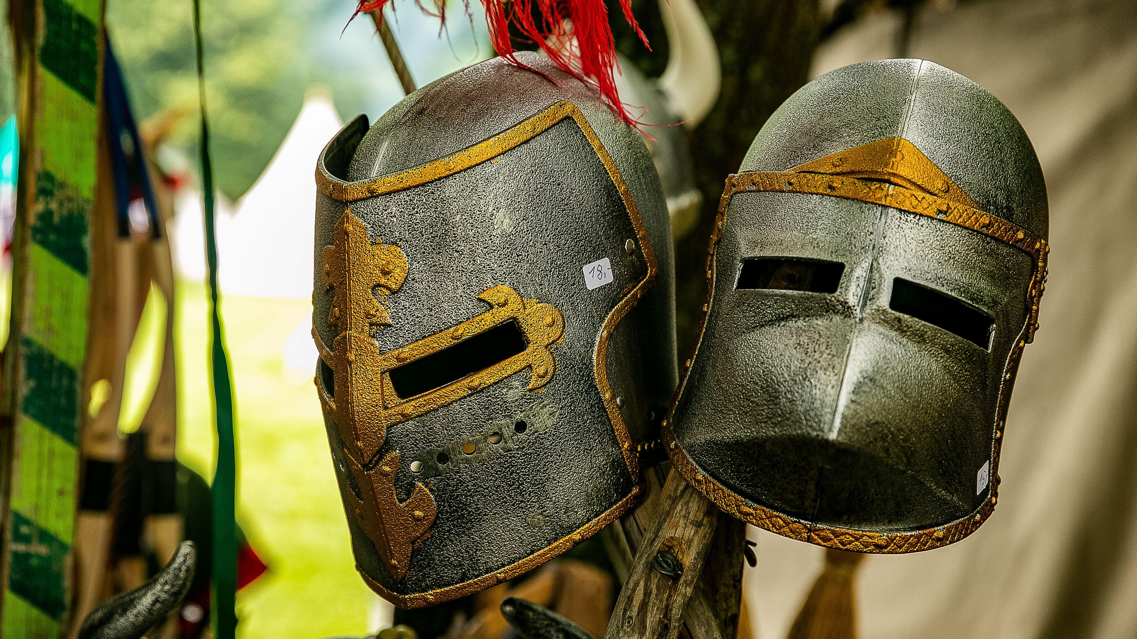 Zwei Ritterhelme, die man auf dem Mittelaltermarkt in Reutlingen kaufen kann.