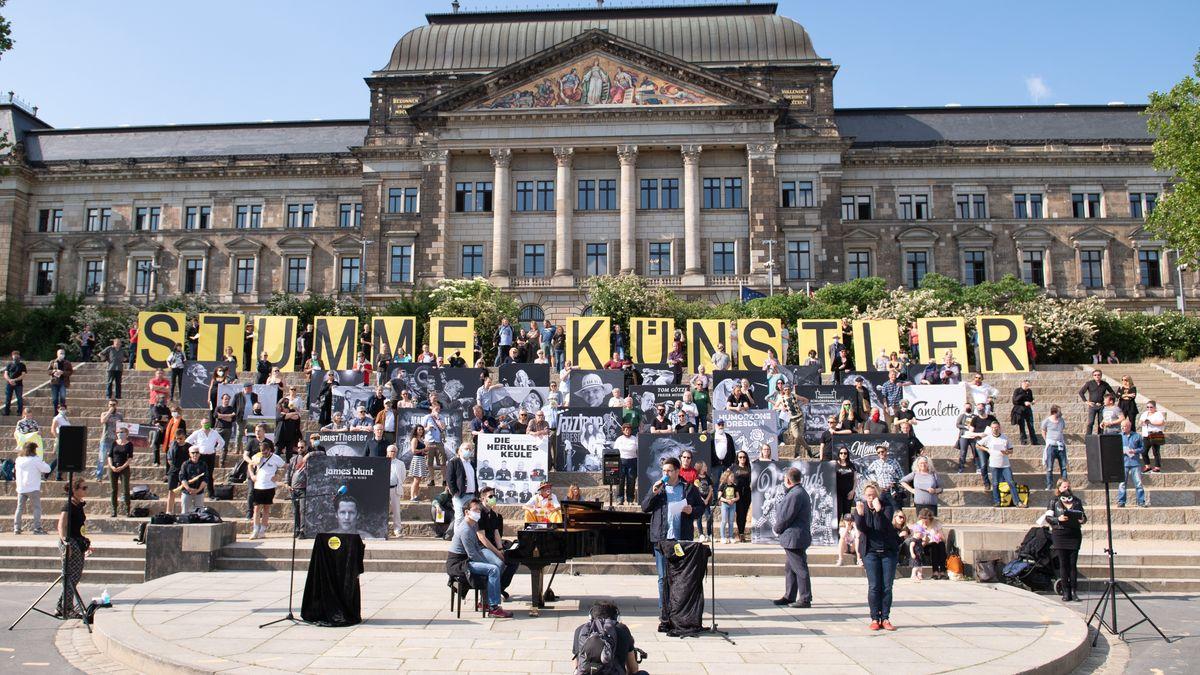 "Aktion ""Stumme Künstler am Elbufer in Dresden"