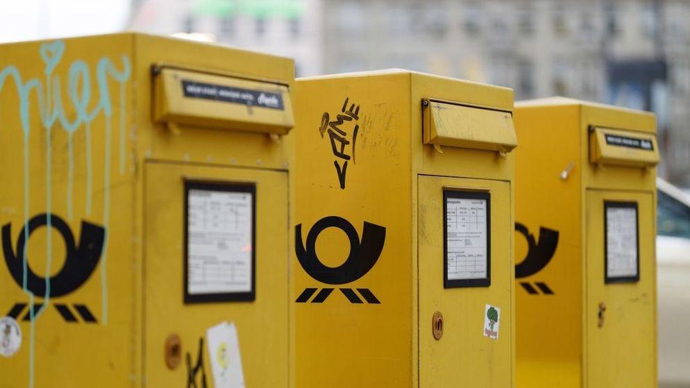 Briefkästen der Deutschen Post stehen nebeneinander.