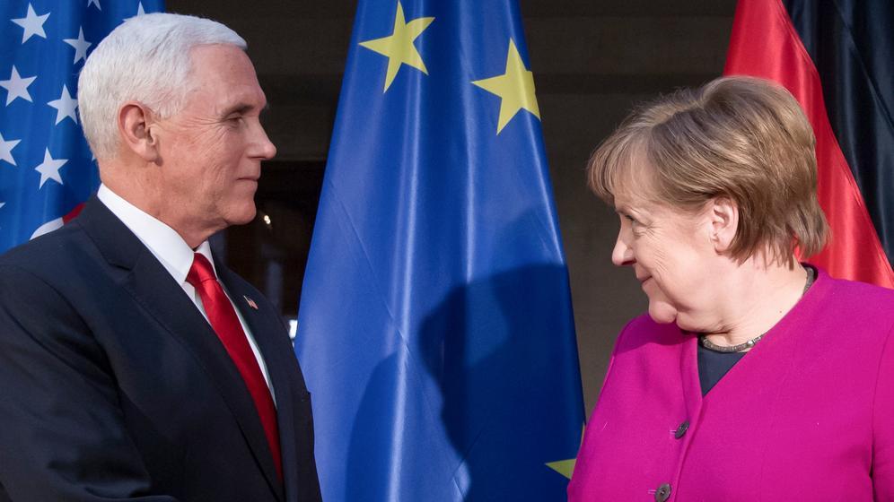 Bundeskanzlerin Angela Merkel (CDU) und Mike Pence, Vizepräsident der USA bei der Sicherheitskonferenz.   Bild:dpa-Bildfunk/Sven Hoppe