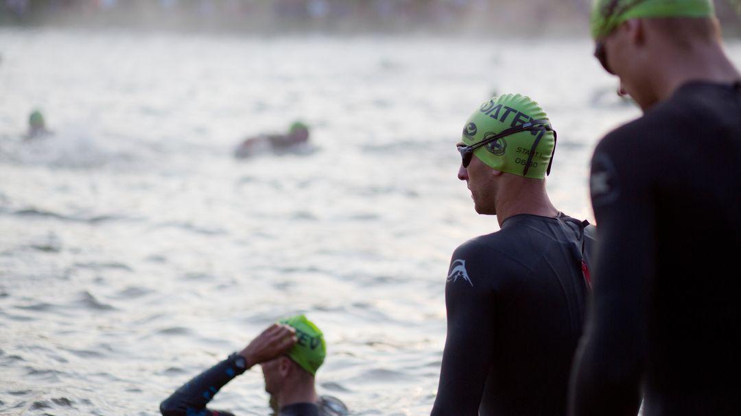 Schwimmer bei einem Triathlon (Symbolbild)