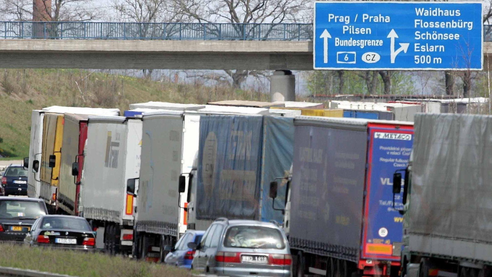 Die A6 in der Oberpfalz: Der tschechische Mautbetreiber Czechtoll warnt vor langen Staus, wenn im Dezember ein neues Mautsystem eingeführt wird.