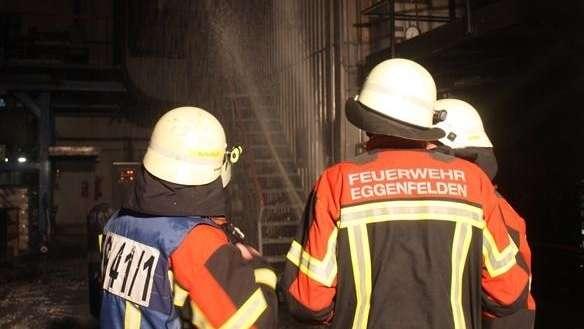 Die Feuerwehr Eggenfelden beim Löschen des Spänebunkers.