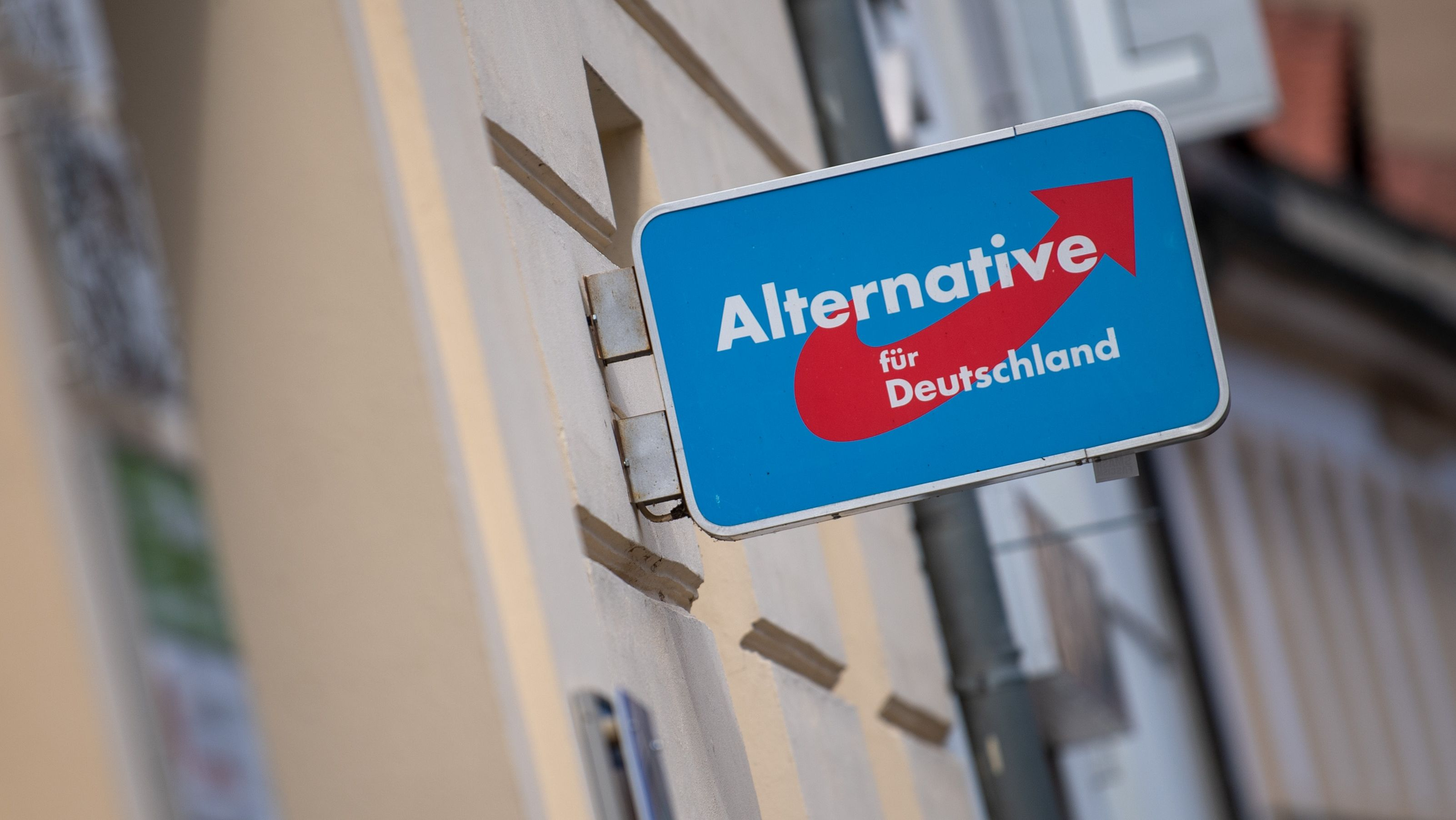 Ein Schild mit dem AfD-Logo an der Außenfassade eines Partei-Büros in Brandenburg an der Havel.