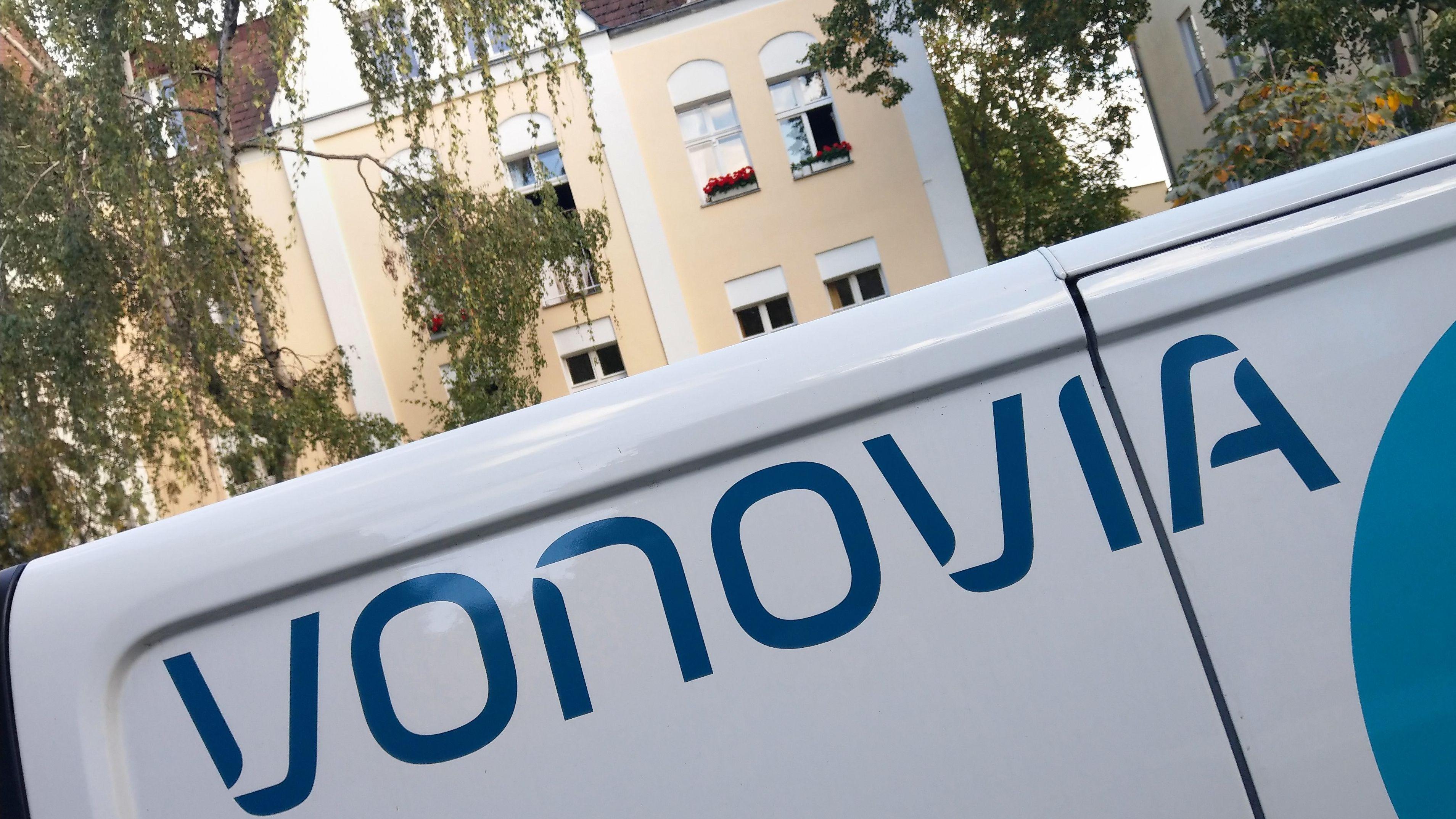 Vonovia-Wagen vor einem Wohnhaus