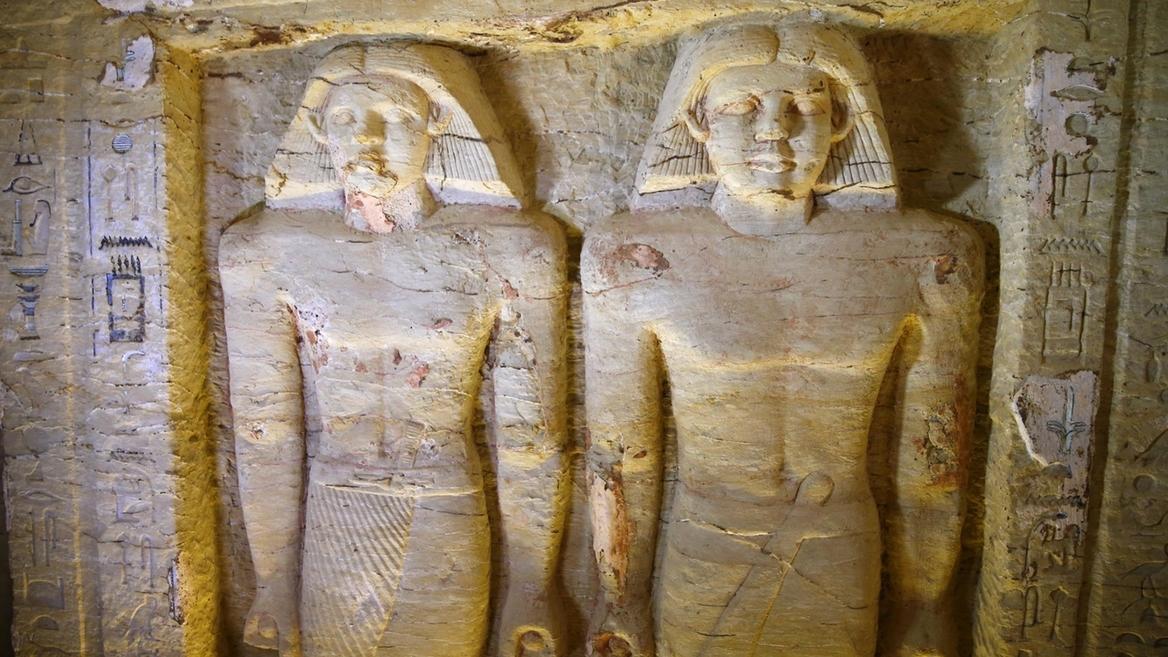 Reliefstatuen, die am 15.12.2018 in einem freigelegten Grab aus der 5. Dynastie gefunden wurden.