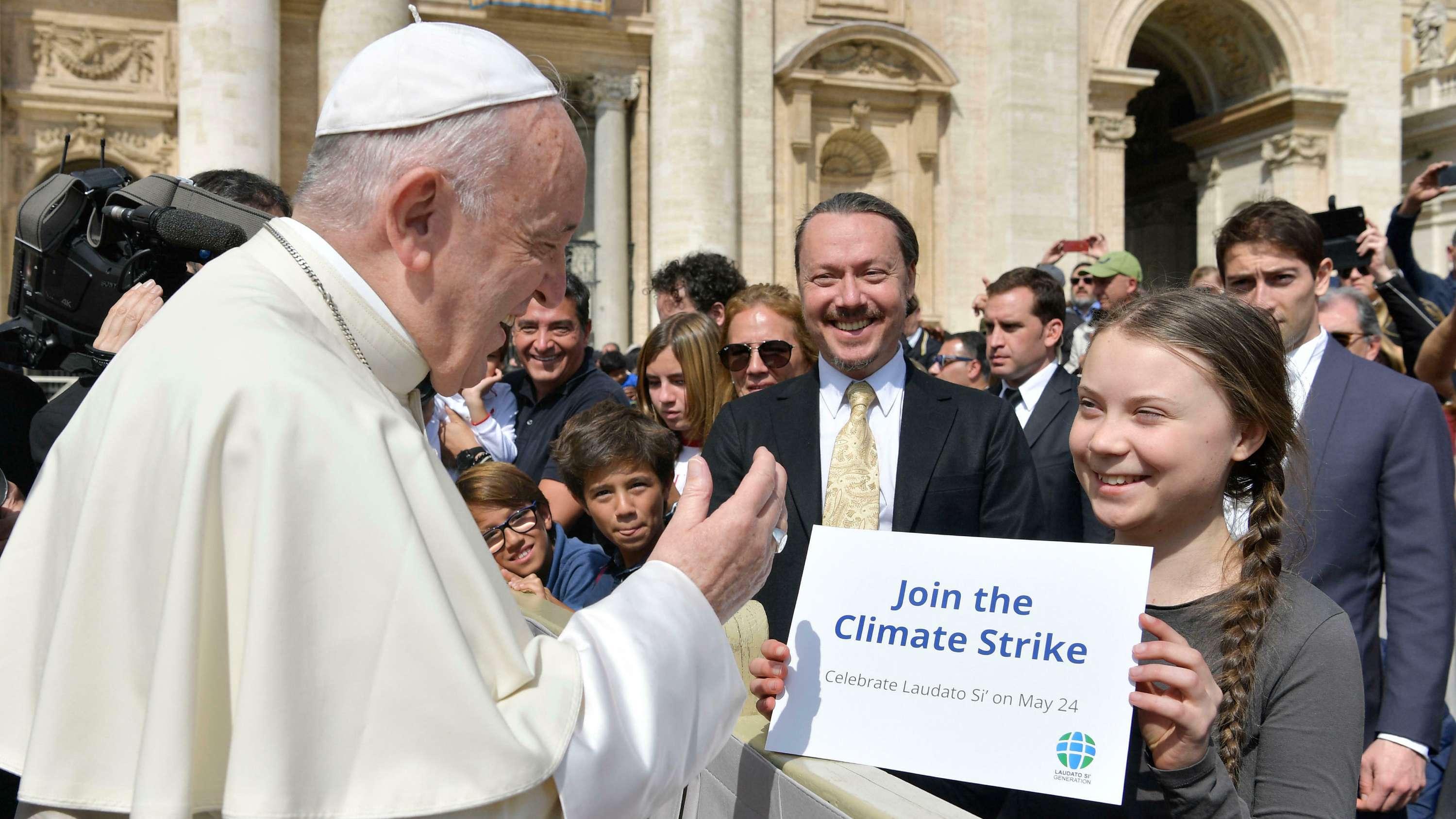 Papst Franziskus begrüßt die schwedische Klimaaktivistin Greta Thunberg auf dem Petersplatz im Vatikan.