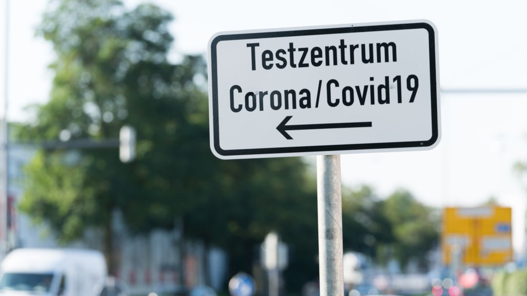 Hinweisschild Corona Teststation