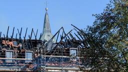 Der verkohlte Dachstuhl des historischen Klostergebäudes | Bild:dpa-Bildfunk / Matthias Balk