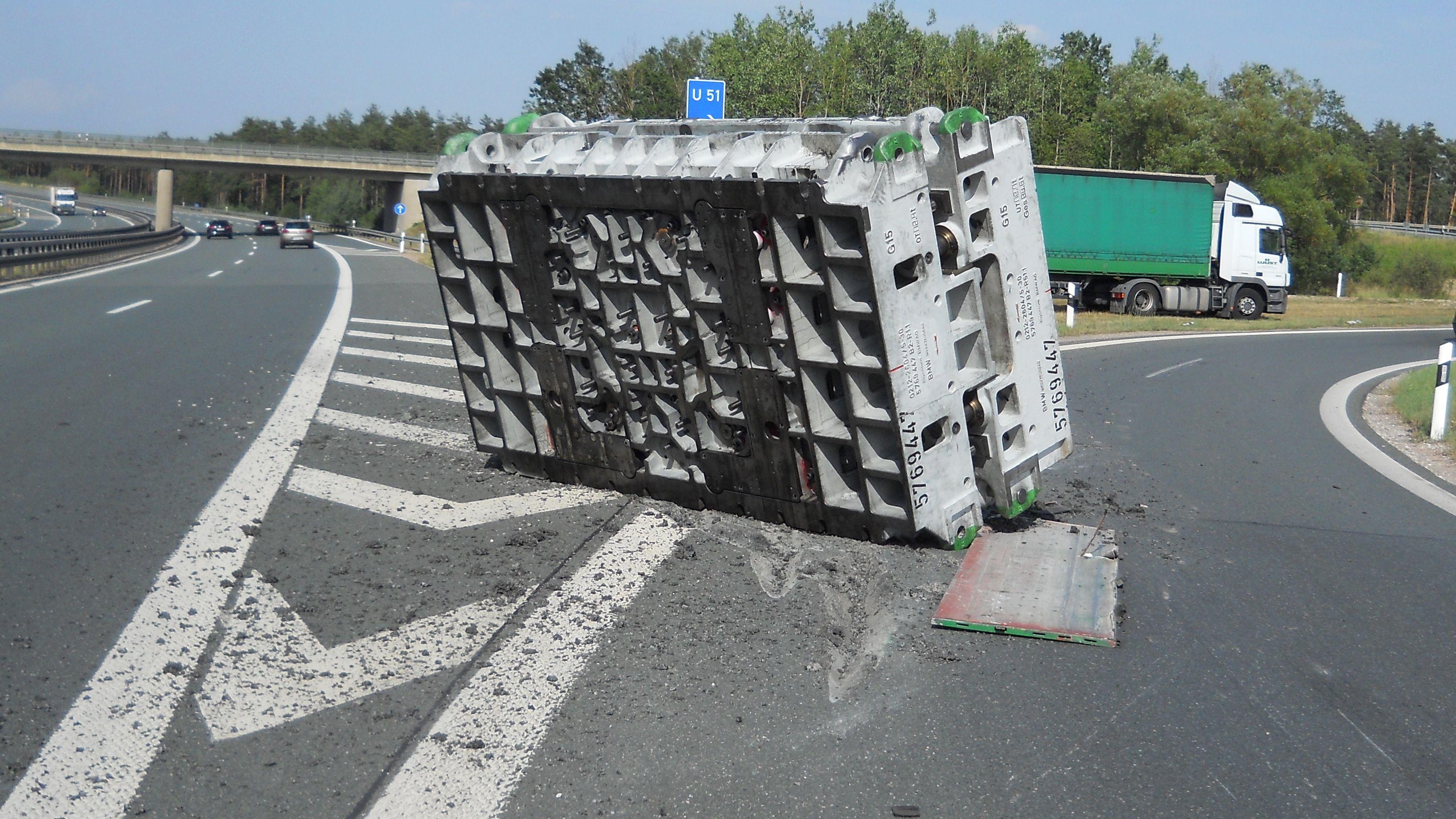 Diese 25 Tonnen schwere Presse verlor der Sattelzug