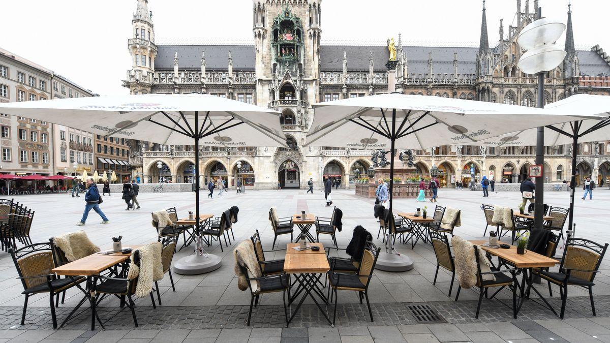 Auf den freien Plätzen eines Restaurants am Marienplatz in der Münchner Innenstadt haben sich keine Gäste niedergelassen.