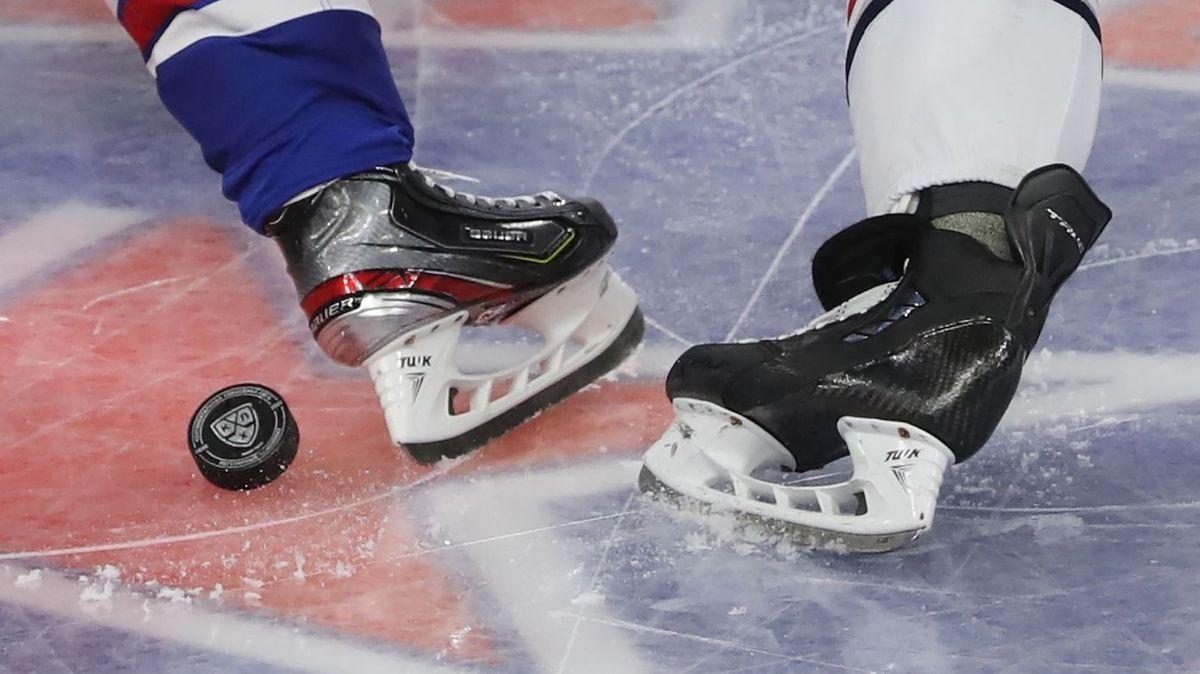 Zwei Eishockeyspieler kämpfen um den Puck. (Symbolbild)