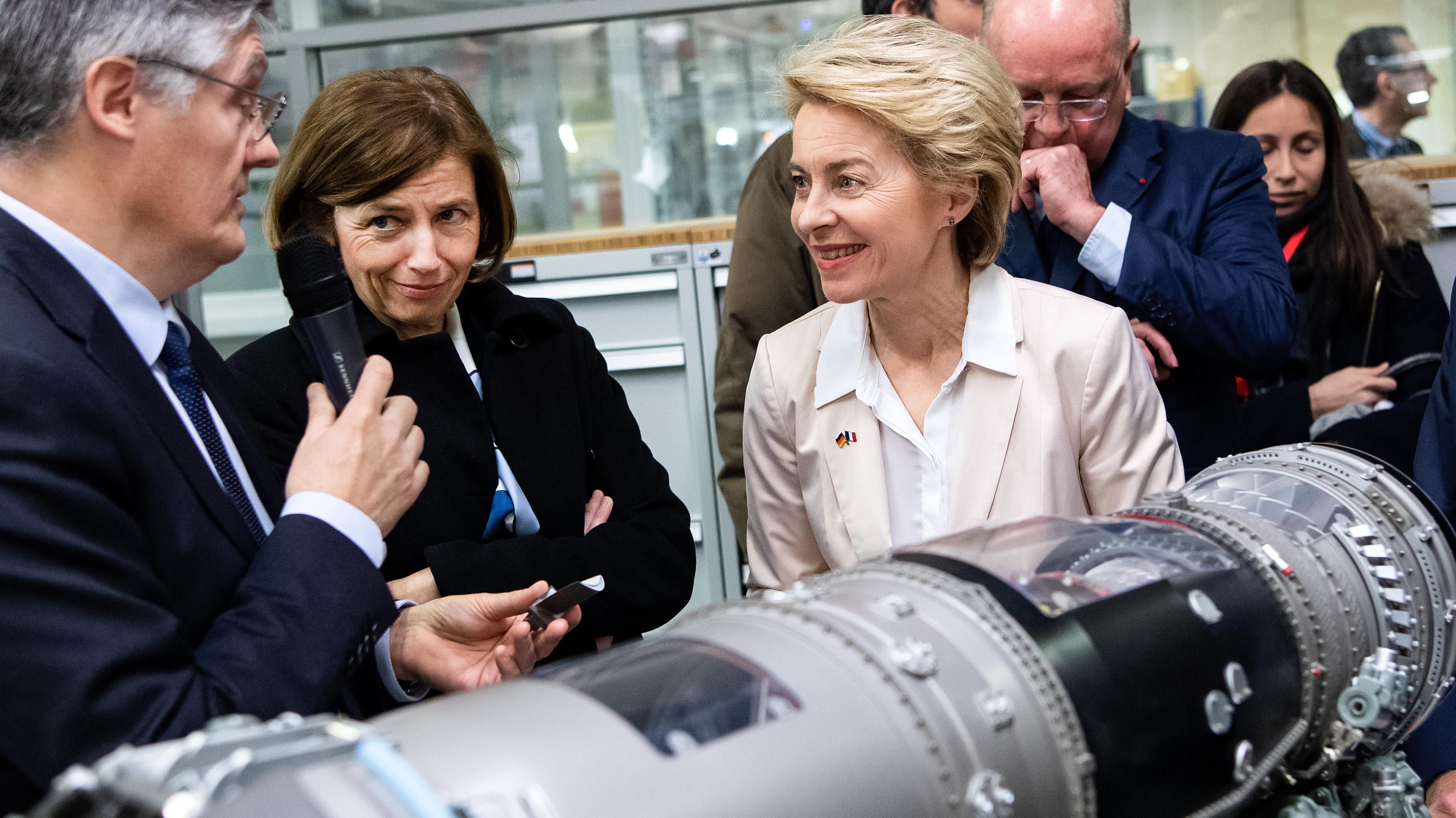 Ursula von der Leyen, Verteidigungsministerin, und Florence Parly, Verteidigungsministerin von Frankreich, beim Triebwerkshersteller Safran