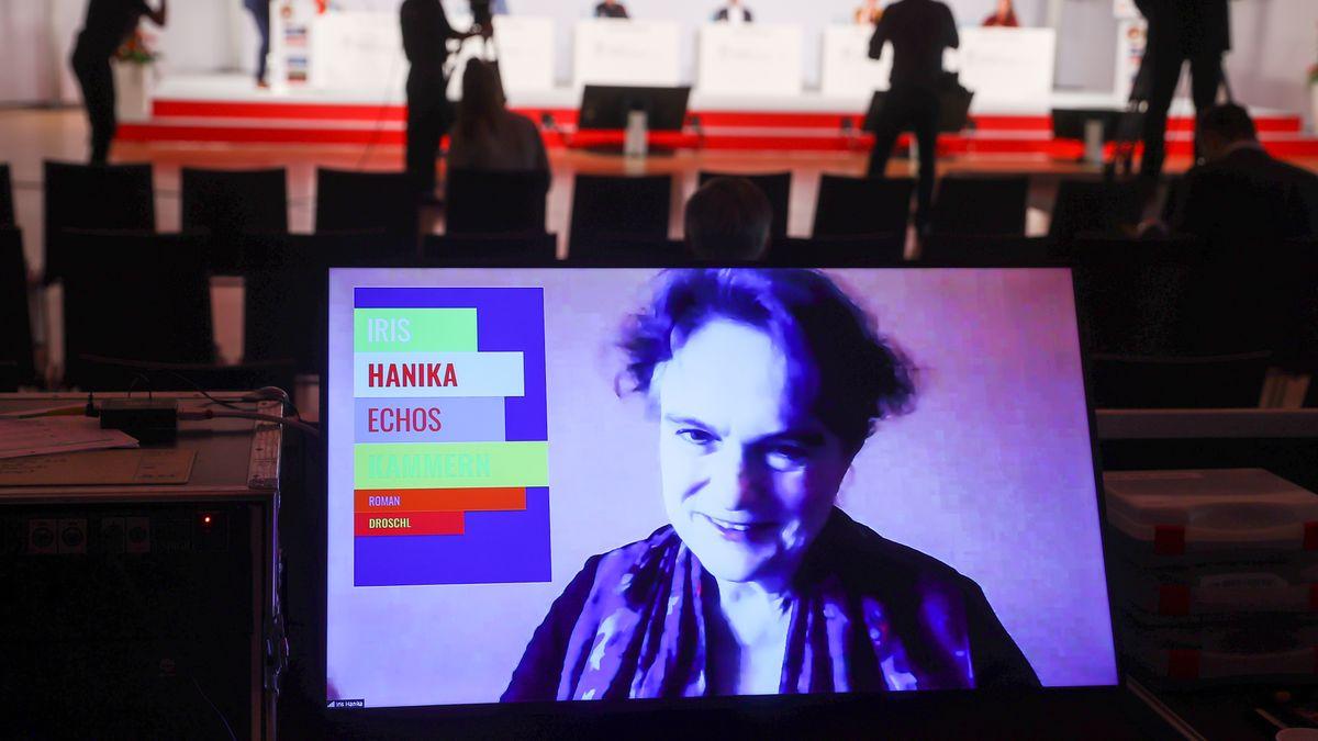 Iris Hanika, Schriftstellerin, ist in einer Videokonferenz nach dem Erhalt des Preises der Leipziger Buchmesse auf einem Bildschirm zu sehen.